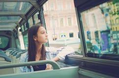 Dziewczyna jedzie turystycznego autobus zdjęcia royalty free