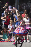 Dziewczyna jedzie unicycle podczas Lipa 4, dzień niepodległości parada, Telluride, Kolorado, usa Obrazy Stock