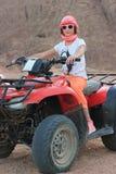 Dziewczyna jedzie w pustyni na elektrycznej maszynie obraz royalty free