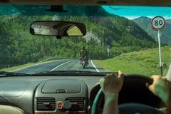 Dziewczyna jedzie wzdłuż asfaltowej drogi w Altai gór al obrazy royalty free