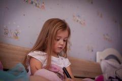 dziewczyna jej mały pokój obraz stock