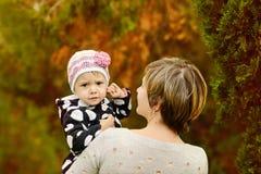 dziewczyna jej mała matka Fotografia Royalty Free