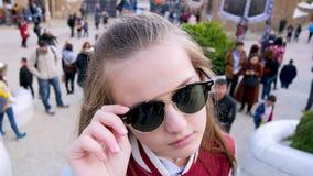 Dziewczyna jest bardzo zmęczona turyści Nastolatek patrzeje kamerę jest strudzeniem Turysta chory kolejka dostać zdjęcie wideo