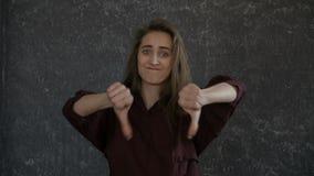 Dziewczyna jest gestykuluje ` kopii niechęci ` zbiory wideo