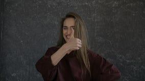 Dziewczyna jest gestykuluje ` lubię je! ` zdjęcie wideo