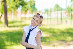 Dziewczyna jest odpoczynkowa w boisku szkolnym Fotografia Royalty Free
