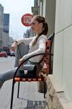 Dziewczyna jest siedzącym czekaniem dla rabatów Fotografia Stock