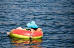 Dziewczyna jest spławowa na zbiorniku na jeziorze Obraz Stock