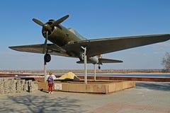 Dziewczyna jest trwanie pobliskim samolotem SU-2 BB-1 w Volgograd Obraz Royalty Free