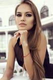 Dziewczyna jest ubranym elegancką czerni suknię z długim prostym włosy Obraz Stock