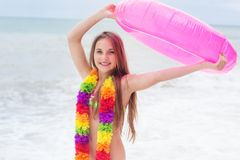 Dziewczyna jest ubranym hawajczyków kwiaty z gumowym pierścionkiem Fotografia Stock