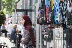 Dziewczyna jest ubranym hijab na tle torba z p Obraz Royalty Free