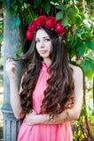 Dziewczyna jest ubranym koronę róże Obraz Royalty Free