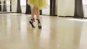Dziewczyna jest ubranym kostium z gorsecikiem tanczy zbiory wideo