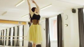 Dziewczyna jest ubranym kostium z gorsecikiem tanczy zbiory