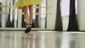 Dziewczyna jest ubranym kostium z gorsecikiem tanczy zdjęcie wideo