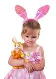 Dziewczyna jest ubranym królików ucho i trzyma Easter królika wielkanoc szczęśliwy Zdjęcie Royalty Free
