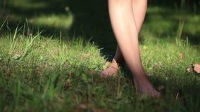 Dziewczyna Jest ubranym Lekkiego lato sukni odprowadzenie w zdjęcie wideo