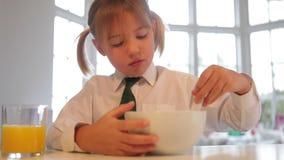 Dziewczyna Jest ubranym mundurek szkolnego Je Śniadaniowego zboża zdjęcie wideo