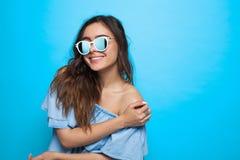 Dziewczyna jest ubranym okulary przeciwsłonecznych i błękit suknię Fotografia Royalty Free