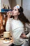Dziewczyna jest ubranym pijama pije szampana fotografia stock