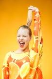 Dziewczyna jest ubranym pomarańcze bluzy sportowa drukowany krzyczeć obrazy stock