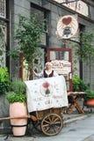 Dziewczyna jest ubranym tradycyjne suknie w starym miasteczku Tallin Zdjęcie Stock