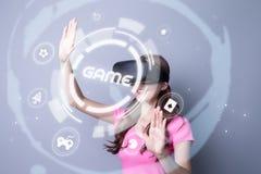 Dziewczyna jest ubranym VR bawić się grę fotografia stock
