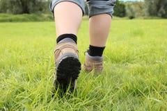 Dziewczyna jest ubranym wycieczkujący but Fotografia Stock