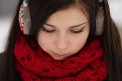 Dziewczyna jest ubranym zatyczka do uszu outdoors w zimie Obraz Royalty Free