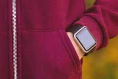 Dziewczyna jest ubranym zegarek na jej ręce zdjęcia royalty free
