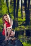 Dziewczyna jest usytuowanym na beli Obrazy Stock