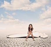 Dziewczyna jest usytuowanym na pasta do zębów Fotografia Royalty Free