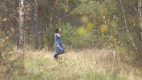 Dziewczyna jest walkng w lesie zbiory