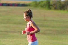 Dziewczyna jogging w naturze obrazy stock
