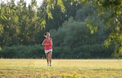 Dziewczyna jogging w naturze obrazy royalty free