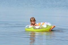 Dziewczyna kąpać w morzu z okręgiem Fotografia Royalty Free