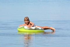 Dziewczyna kąpać w morzu z okręgiem Zdjęcia Royalty Free