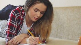 Dziewczyna kłaść na pisać i kanapie zbiory wideo