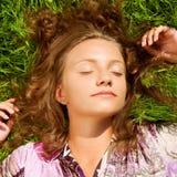Dziewczyna kłaść na trawie fotografia stock