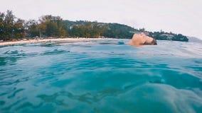Dziewczyna kłama na wodzie w oceanie (zwolnione tempo) zbiory