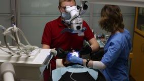 Dziewczyna kłama w stomatologicznym krześle podczas stomatologicznego traktowania zbiory