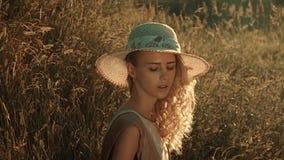Dziewczyna kłama w trawie swobodny ruch zbiory