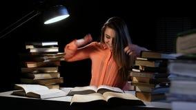 Dziewczyna kciuki przez znalezisko informaci i książki i radują się Czarny tło zbiory