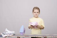 Dziewczyna kończący odprasowywający ubrania żelazo obraz stock