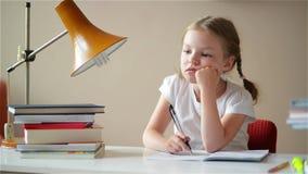 Dziewczyna kończy up uczyć się lekcje, studencki koniec jej praca domowa, children edukacja zbiory wideo