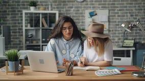 Dziewczyna koledzy pracuje z laptopem i pisze wtedy robić wysokości przy pracą zbiory