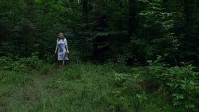 Dziewczyna komes z drewien zbiory wideo