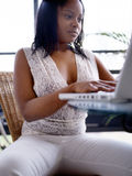 dziewczyna komputerowa jej posiedzenia Obrazy Royalty Free