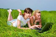 dziewczyna komputerowy laptopa na dwa Obraz Royalty Free